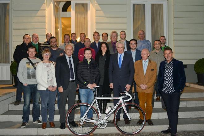 groepsfoto met deelnemers quiz met de winnaar vooraan samen met de gouverneur
