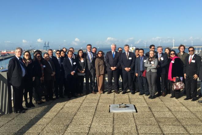 groepsfoto met de gouverneur en de Aziatische ambassadeurs en diplomaten