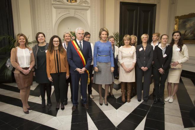 groepsfoto met de Koningin, de gouverneur en alle vooraanstaande dames