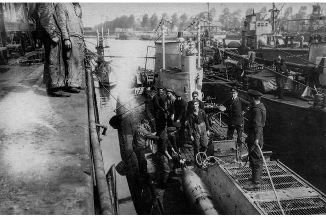 U-boot being supplied in Bruges docks 1916